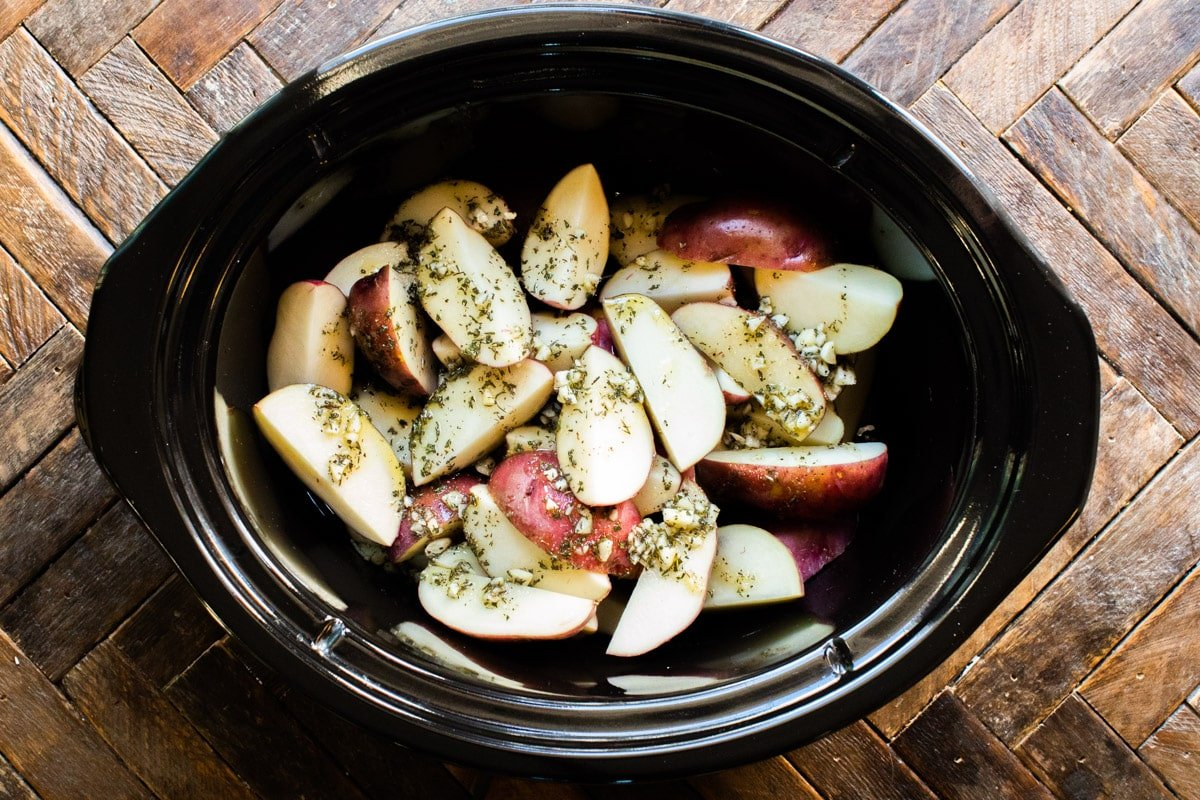 potatoes, garlic and oil in slow cooker