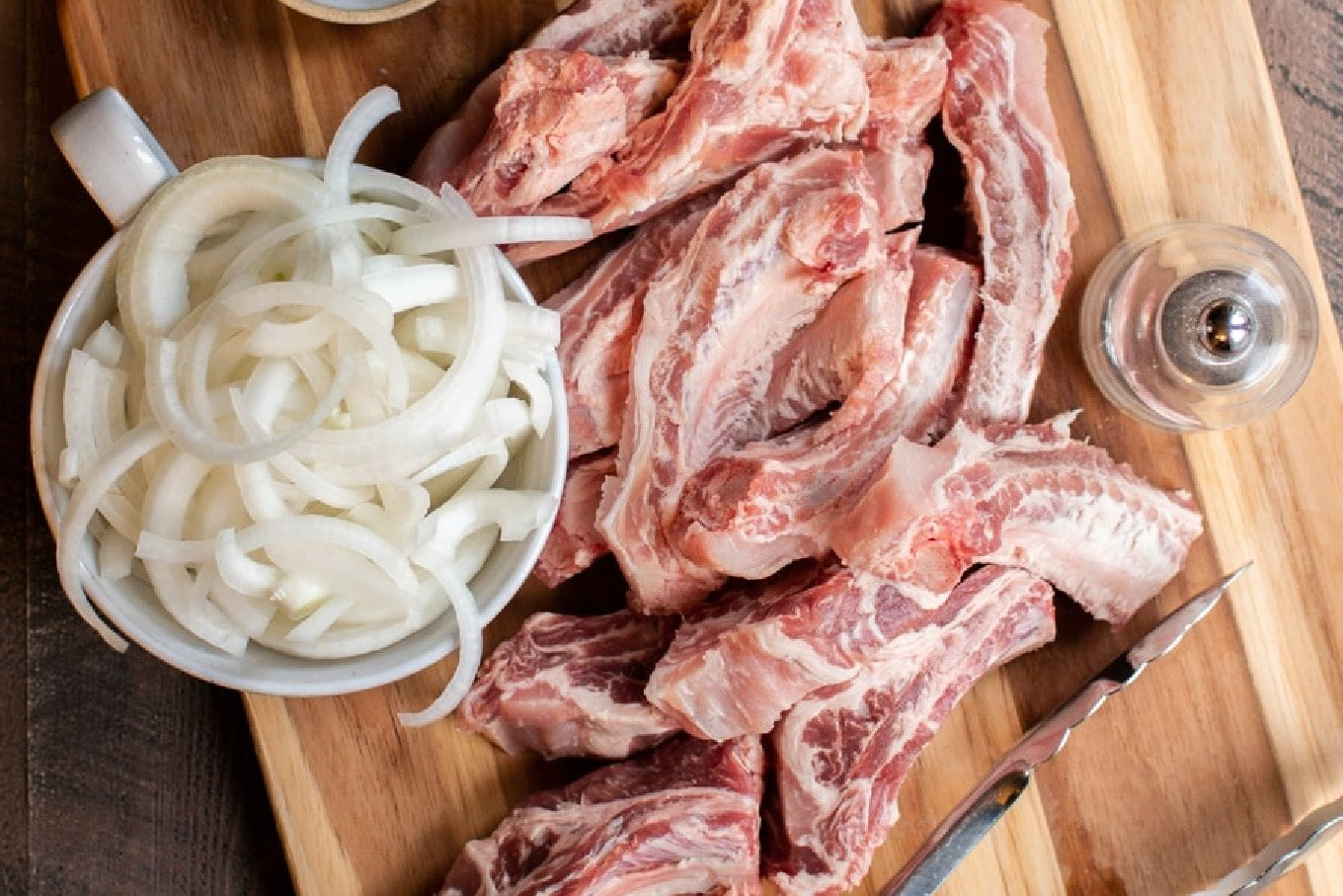 ribs and onions on cutting board